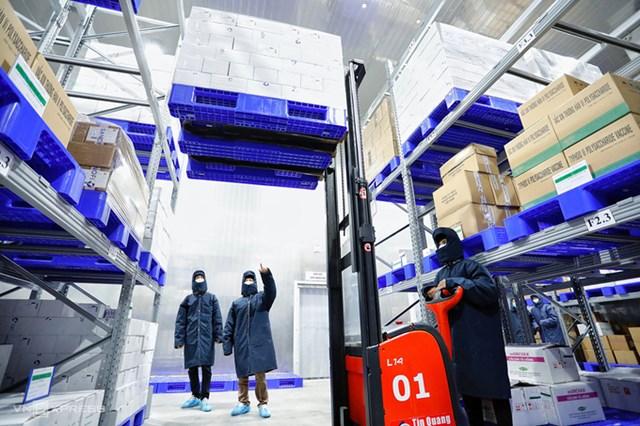 Vaccine ra khỏi kho lạnh, dùng xe đông lạnh vận chuyển đến sân bay Tân Sơn Nhất. Ảnh: Hữu Khoa.