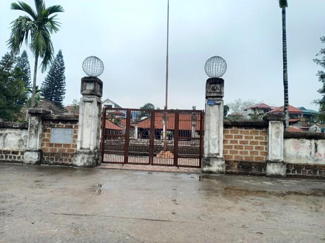Hai cánh cổng mới tại di tích quốc gia đặc biệt đình Tây Đằng đã được tháo dỡ trả lại hiện trạng cũ.