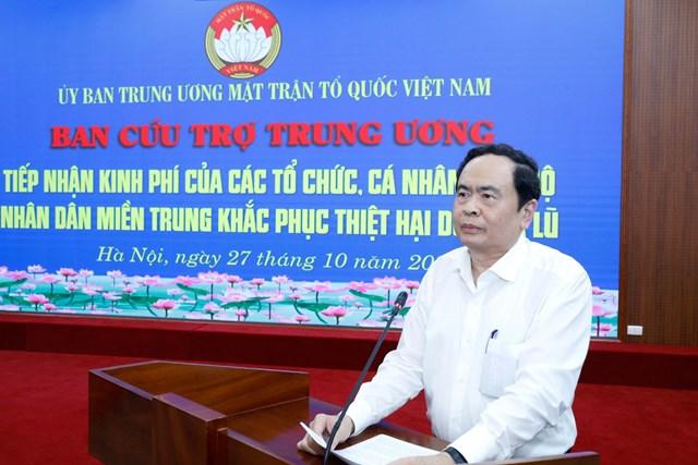 Chủ tịch Trần Thanh Mẫn cảm ơn những tấm lòng, nghĩa cử cao đẹp chung tay ủng hộ đồng bào vùng lũ. Ảnh: Quang Vinh.