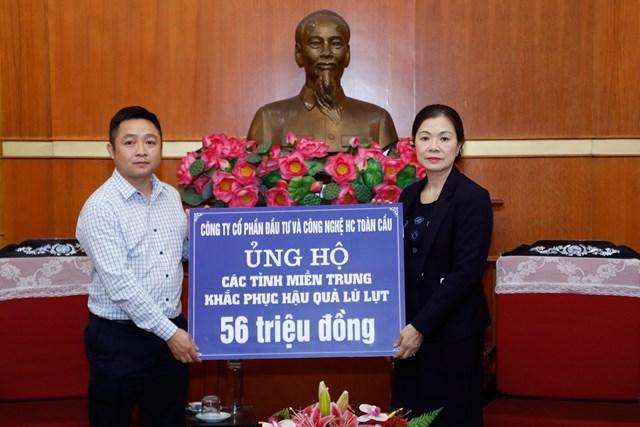 Phó Chủ tịch Trương Thị Ngọc Ánh tiếp nhận ủng hộ từCông ty CP Đầu tư và Công nghệ HC Toàn cầu.Ảnh: Quang Vinh.