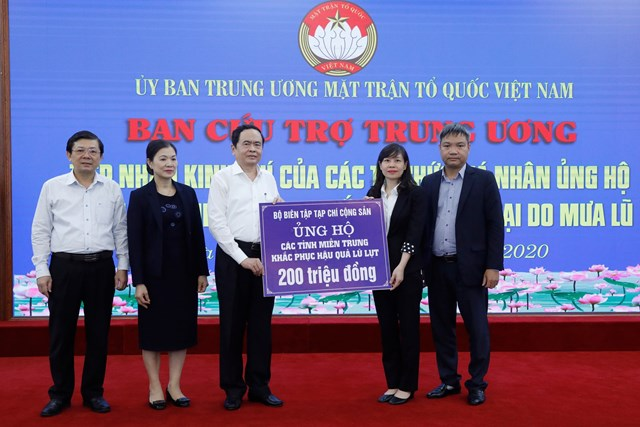 Chủ tịch Trần Thanh Mẫntiếp nhận ủng hộ từTạp chí Cộng sản.Ảnh: Quang Vinh.