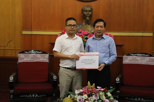 Ông Trần Văn Sinh, Trưởng ban Phong trào, UBTƯ MTTQ Việt Nam tiếp nhận ủng hộ.Ảnh: Quang Vinh.
