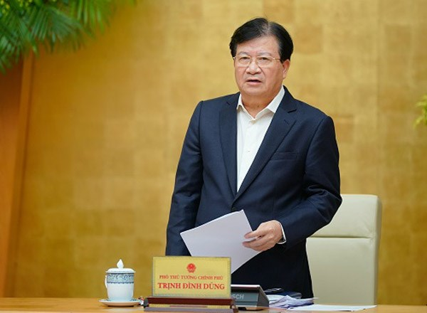 Phó Thủ tướng Trịnh Đình Dũng báo cáo về tình hình ứng phó với thiên tai tại các tỉnh miền Trung. Ảnh: VGP/Quang Hiếu.
