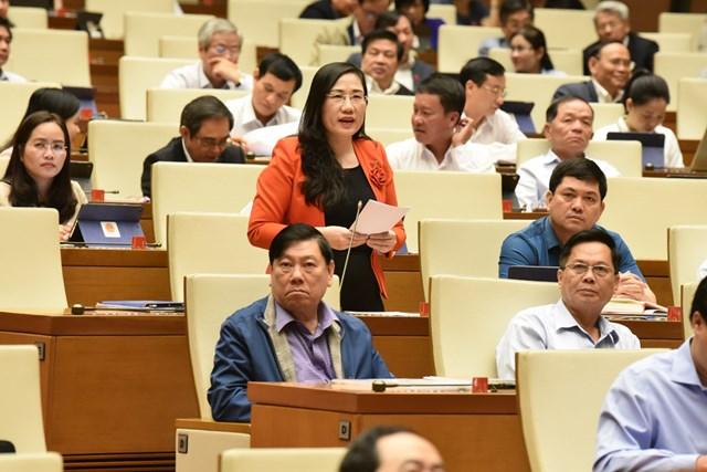 ĐBQH Nguyễn Thị Thủy thảo luận tại hội trường, sáng 13/11.Ảnh: Quang Vinh.
