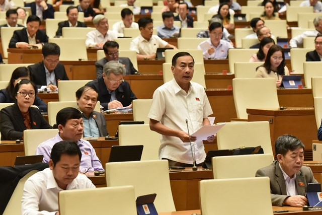 ĐBQH Phạm Văn Hòa thảo luận tại hội trường, sáng 13/11.Ảnh: Quang Vinh.