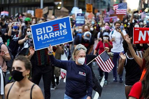 Cử tri Mỹ ủng hộ ông Biden và bà Harris.