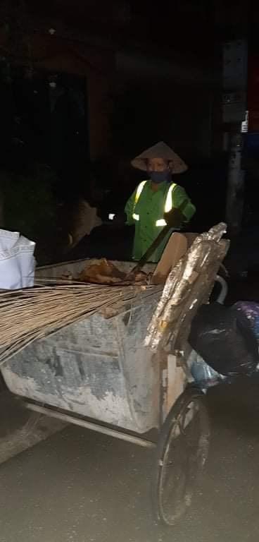 Chị Nhung vẫn âm thầm công việc thu dọn rác hằng đêm.