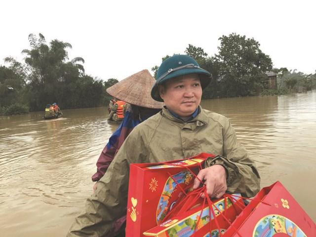 Ông Nguyễn Thành Đồng - Chủ tịch Ủy ban MTTQ huyện Hương Sơn (Hà Tĩnh) xuyên tâm lũ đưa hàng cứu trợ đến người dân. Ảnh: H.Nguyên.