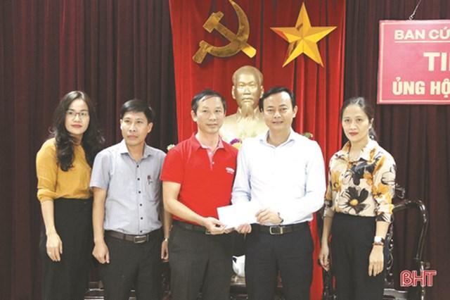 Ông Hà Văn Hùng - Chủ tịch Ủy ban MTTQ Việt Nam tỉnh Hà Tĩnh (thứ hai bên phải) tiếp nhận hỗ trợ từ các nhà hảo tâm. Ảnh: H.Nguyên.