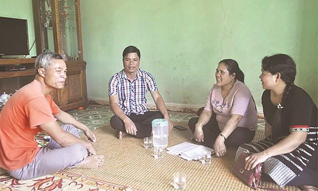 Chị Hồ Thị Hồng Thủy, Chủ tịch Ủy ban MTTQ xã Trung Sơn (huyện A Lưới, tỉnh Thừa Thiên-Huế) vận động người dân đoàn kết thoát nghèo. Ảnh: DT&PT.