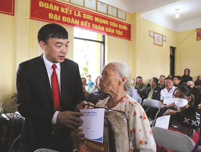 Ông Nguyễn Đình Lợi - Chủ tịch MTTQ Việt Nam tỉnh Bắc Ninh tặng quà cho các hộ nghèo có hoàn cảnh khó khăn tại Ngày hội Đại đoàn kết toàn dân tộc thôn Ân Phú, xã Phú Lâm, huyện Tiên Du.
