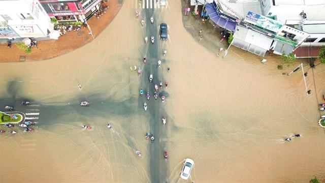 Triều cường khiến nhiều tuyến đường trung tâm thành phố Cần Thơ ngập sâu.