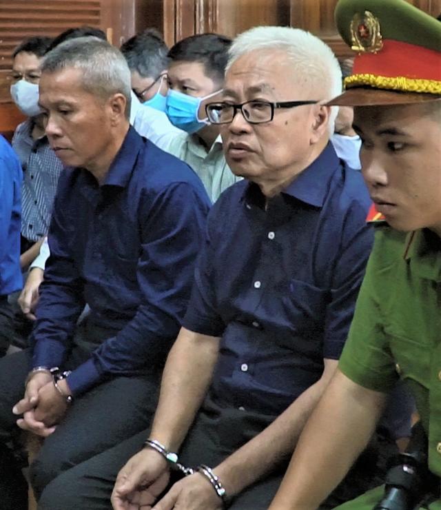 Bị cáo Trần Phương Bình (người ngồi giữa).