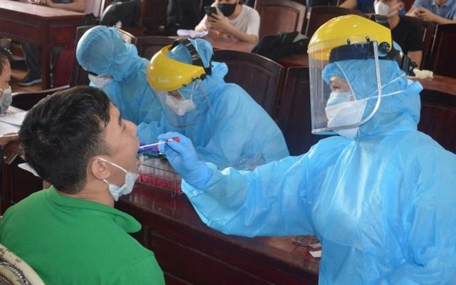 Trung tâm Kiểm soát bệnh tật tỉnh Thái Bình tiến hành lấy mẫu bệnh phẩm các trường hợp trở về từ vùng dịch. Ảnh: CDC Thái Bình.