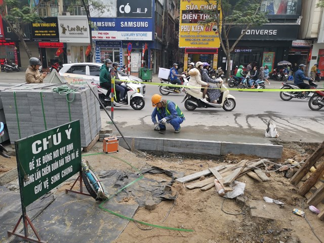 Lát đá ở vỉa hè phố Thái Hà, Hà Nội. Ảnh: Quang Vinh.
