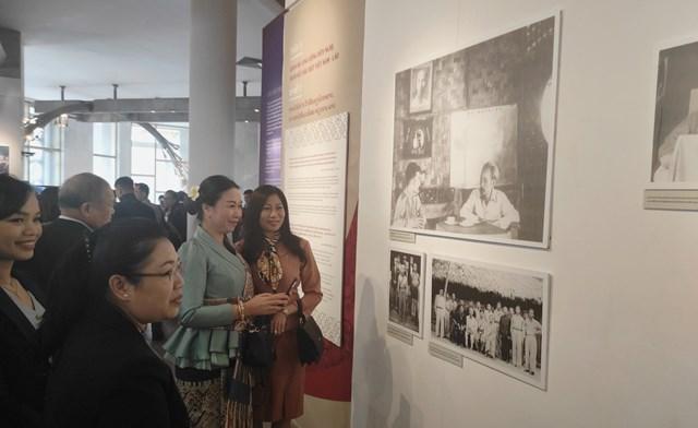 Khán giả tham quan triển lãm ảnh quan hệ hữu nghị đặc biệt Việt Nam - Lào.