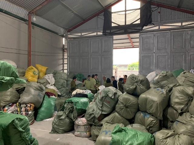Gần 30 tấn quần áo cũ được chủ cơ sở thu gom tại nhiều nguồn khác nhau sau đó về gia công lại cho mới và đăng bán trên Facebook.Nguồn:Cục QLTT Quảng Ninh.