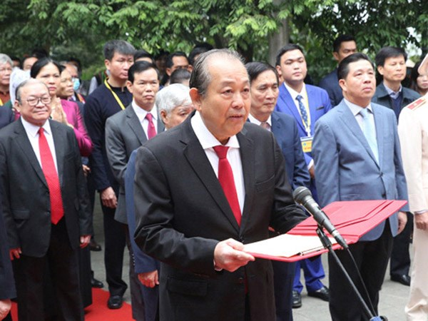 Phó Thủ tướng Trương Hòa Bình cùng các đại biểu kính cáo anh linh các vua Hùng tại Điện Kính Thiên, Đền Hùng. Ảnh: VGP.