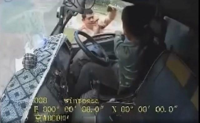 Hình ảnh CSGT Công an huyện Việt Yên được cho là lăng mạ, đánh tài xế xe tải. (Ảnh cắt từ clip).