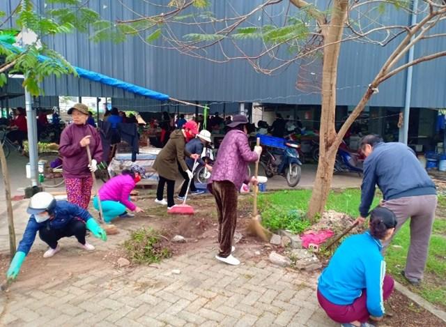 Người dân tham gia dọn dẹp vệ sinh môi trường tại phường Giang Biên.