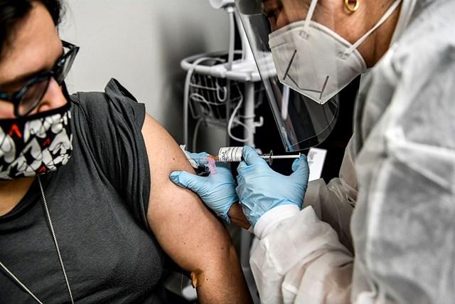 Tình nguyện viên tiêm vaccine Covid-19 tại Trung tâm Nghiên cứu Mỹ. Ảnh: AFP.