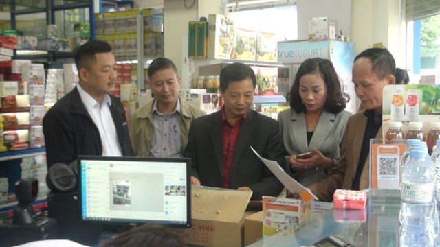 Đoàn giám sát của Ủy ban MTTQ Việt Nam tỉnh Hải Dương kiểm tra thực tế tại nhà thuốc Hiếu Hiền ở phố Ghẽ, xã Tân Trường, huyện Cẩm Giàng.Ảnh: Hoàng Kế.