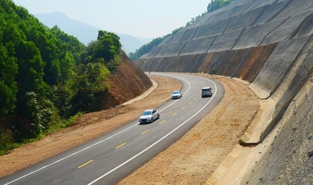 Một đoạn đường trên tuyến cao tốc Cam Lộ - La Sơn.