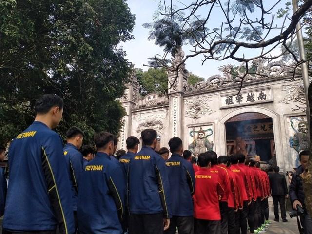 [ẢNH] Thầy trò HLV Park Hang Seo thắp hương tưởng niệm các Vua Hùng - Ảnh 1