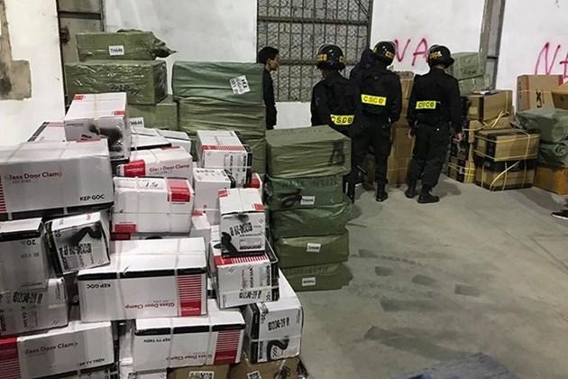 Lực lượng chức năng điều tra mở rộng, khám xét các kho bãi chứa hàng lậu trong đường dây buôn lậu cực lớn qua Cửa khẩu Bắc Phong Sinh (tỉnh Quảng Ninh).