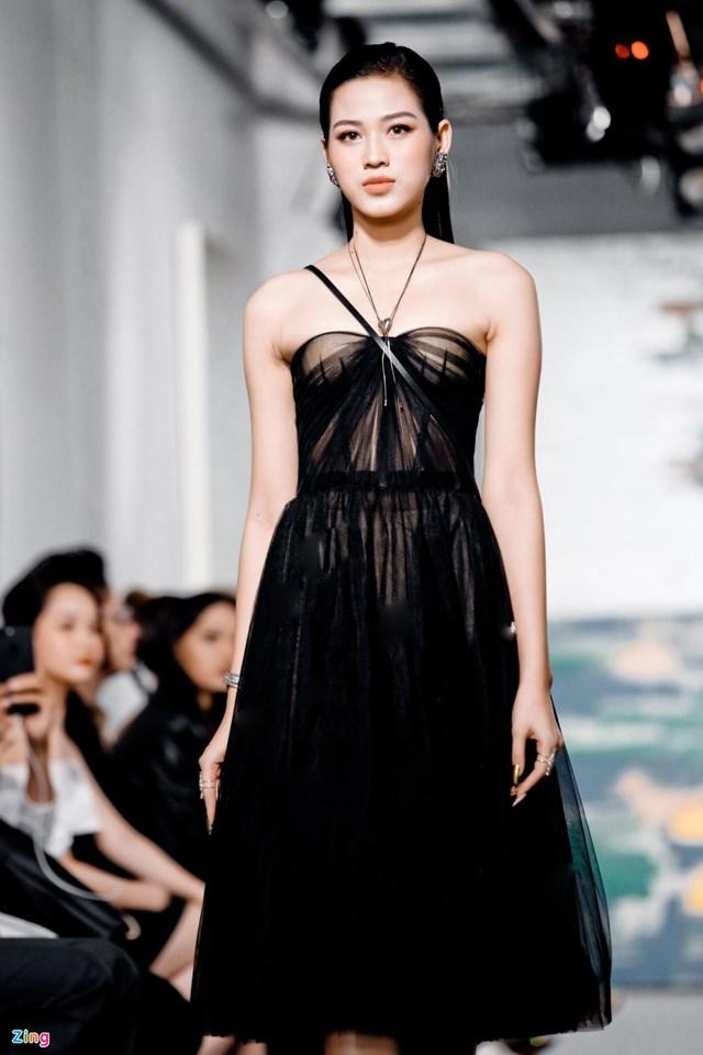 Ngoài các sự kiện giải trí, Hoa hậu Đỗ Thị Hà còn trở thành gương mặt mới trên sàn catwalk, trình diễn trong khuôn khổ Việt Nam International Fashion Week. Trước khi đăng quang, người đẹp sinh năm 2001 từng làm người mẫu ảnh nhưng chưa có nhiều kinh nghiệm sải bước trên sàn diễn thời trang.