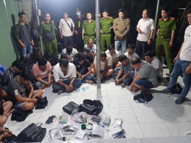 Lực lượng chức năng bắt giữ các đối tượng tham gia đánh bạc.
