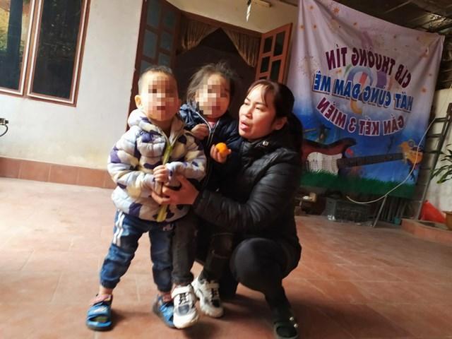 Chị Lê Thị Bích đang tạm thời chăm sóc 2 cháu Q.A. và N.