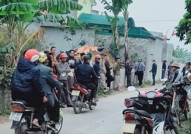 Người dân tập trung rất đông nơi xảy ra vụ việc.