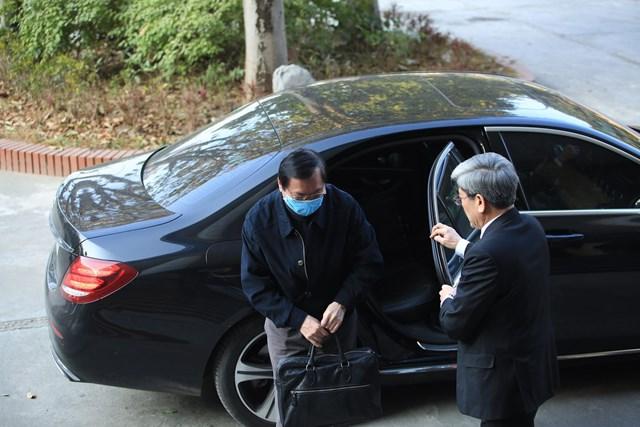 Ông Vũ Huy Hoàng đến tòa bằng xe riêng.