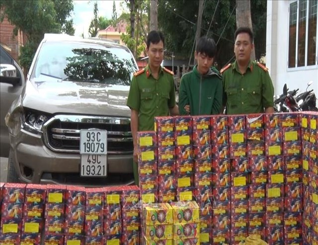 Công an huyện Bù Đốp, tỉnh Bình Phước đã bắt giữ đối tượng Lê Xuân Hoan (giữa) cùng tang vật là 429 kg pháo lậu.
