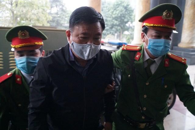 Ông Đinh La Thăng bị áp giải tới tòa.