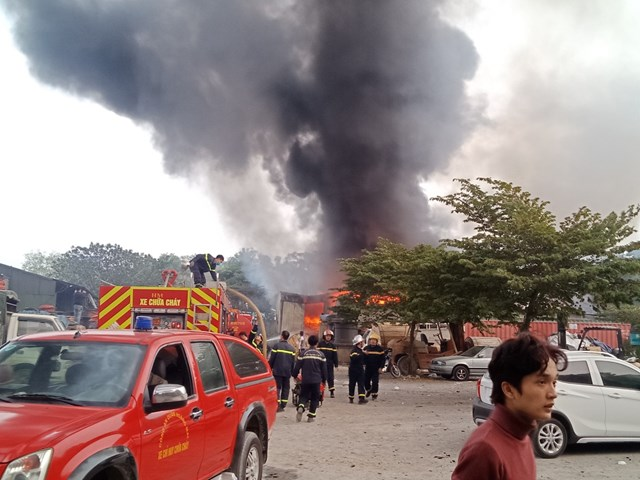 Hà Nội: Cháy kho chứa phụ kiện đám cưới gần chợ Xanh Linh Đàm - Ảnh 3