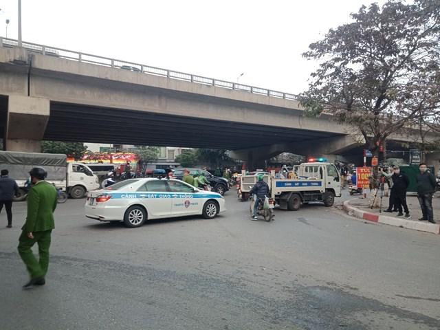 Lực lượng Công an dùng xe để ngăn không cho người dân qua khu vực cháy.