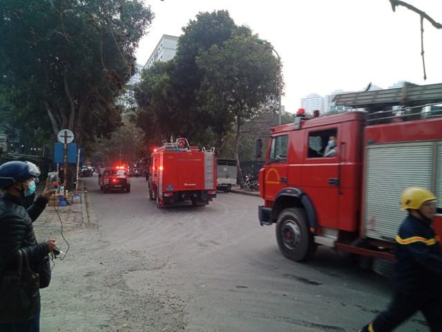 Hà Nội: Cháy kho chứa phụ kiện đám cưới gần chợ Xanh Linh Đàm - Ảnh 1