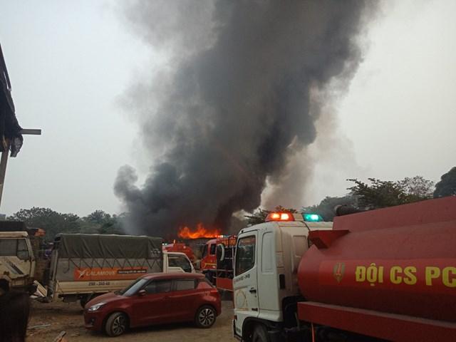 Do chứa đồ dễ cháy nên ngọn lửa nhanh chóng bao trùm cả kho hàng.