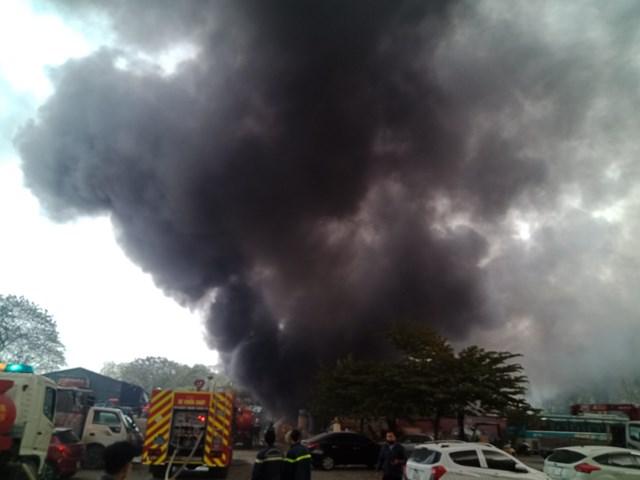Hà Nội: Cháy kho chứa phụ kiện đám cưới gần chợ Xanh Linh Đàm - Ảnh 2