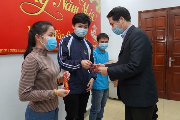 Giáo sư Lê Thanh Sơn, Phó Hiệu trưởng Đại học Khoa học Tự nhiên (Đại học Quốc gia Hà Nội) mừng tuổi các sinh viên người Lào theo phong tục Việt Nam.