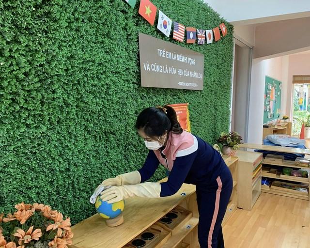 Công tác vệ sinh trường lớp tại trường Mầm non thực hành Linh Đàm (Hoàng Mai, Hà Nội).