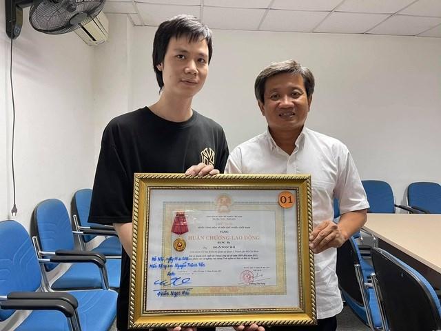 Ông Đoàn Ngọc Hải trao tặngtấm Huân chương Lao động hạng Ba của mình cho người khác.