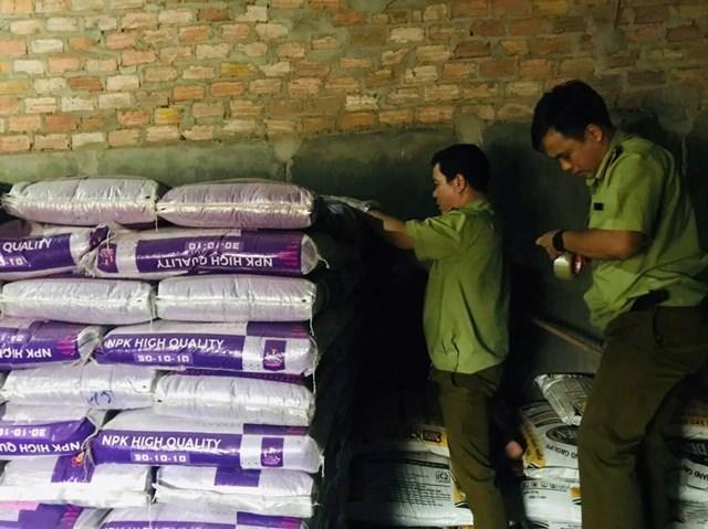 Phát hiện lô phân bón nhập khẩu từ Trung Quốc không ghi xuất xứ hàng hóa.