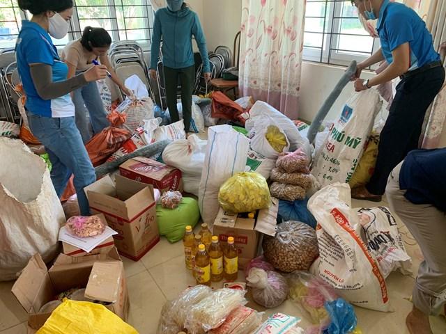Lương thực, thực phẩm được phân loại, đóng gói trước khi chuyển đến điểm tập kết