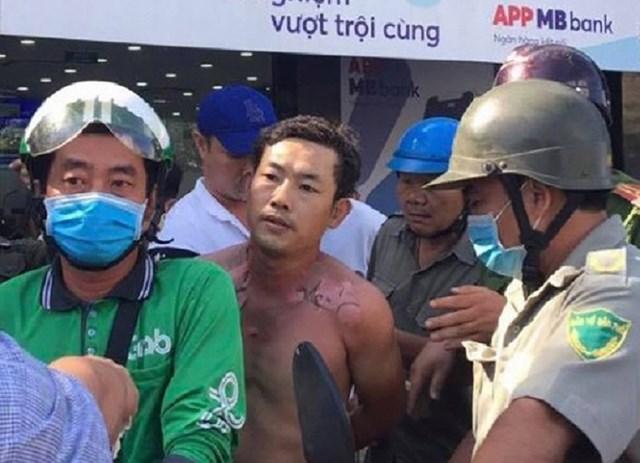 Đối tượng cướp ngân hàng bị người dân và cơ quan chức năng bắt giữ.
