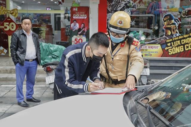 Trường hợp phương tiện vi phạm có mặt lái xe, Cảnh sát sẽ tiến hành xử phạt trực tiếp. Ảnh: Quang Vinh.