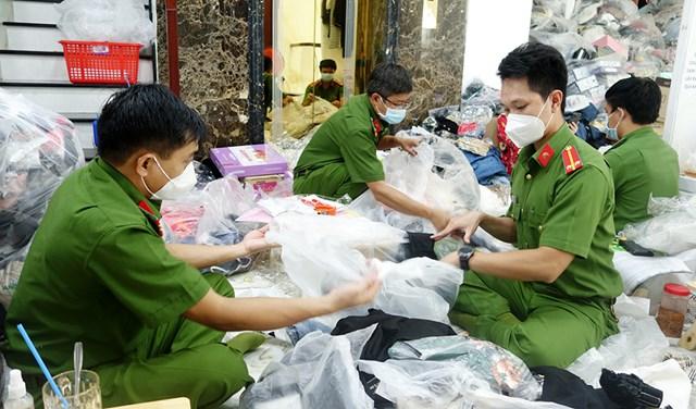 Lực lượng công an kiểm tra và kiểm đếm số lượng hàng hóa.