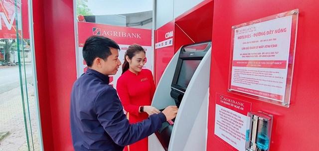 Không chỉ phục vụ các khách hàng truyền thống, Agribank cũng có sản phẩm riêng biệt cho đối tượng khách hàng trẻ như học sinh, sinh viên qua đó đóng vai trò kết nối, truyền tải sản phẩm dịch vụ ngân hàng số, tăng cường khả năng tiếp cận dịch vụ ngân hàng đến cá nhân, hộ gia đình tại các khu vực nông thôn, vùng sâu, vùng xa, góp phần thực hiện chiến lược tài chính toàn diện quốc gia của Chính phủ, Ngân hàng Nhà nước. Agribank hiện là một trong số ít các NHTM tiên phong triển khai ATM đa chức năng (CDM). Với nhiều tính năng giao dịch vượt trội, màn hình cảm ứng hiện đại, khả năng quay vòng tiền, hệ thống CDM được khách hàng đánh giá cao qua việc gia tăng chức năng, tiện ích cung cấp cho khách hàng, không chỉ gửi/rút tiền tự động mà còn thanh toán tiền vay tại CDM thay vì phải đến quầy giao dịch. Việc mở rộng mạng lưới CDM, đã góp phần giúp Agribank đi tắt, đón đầu, tránh lạc hậu về công nghệ, khẳng định vị trí tiên phong trên thị trường thẻ. Đây là cơ sở để Agribank tiến tới triển khai mở rộng các dịch vụ ngân hàng số hiện đại, như eKYC, giao dịch rút tiền không cần thẻ, v.v....